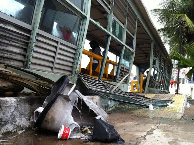 Paradas de ônibus foram depredadas (Foto: Fernanda Zauli/G1)