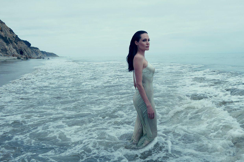 Angelina Jolie : Vogue (November 2015) photo angelina-jolie-pitt-november-2015-cover-02.jpg
