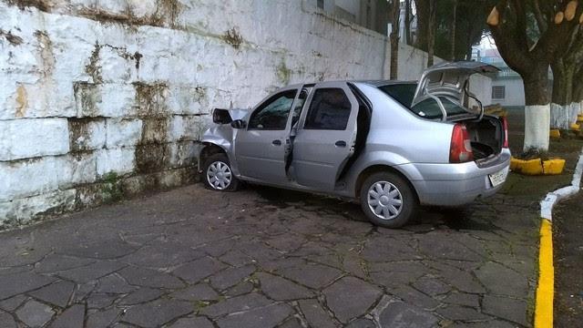Carro colidiu contra o muro do Cemitério Público Municipal de Caxias do Sul (Foto: Maicon Rech/Grupo RSCOM