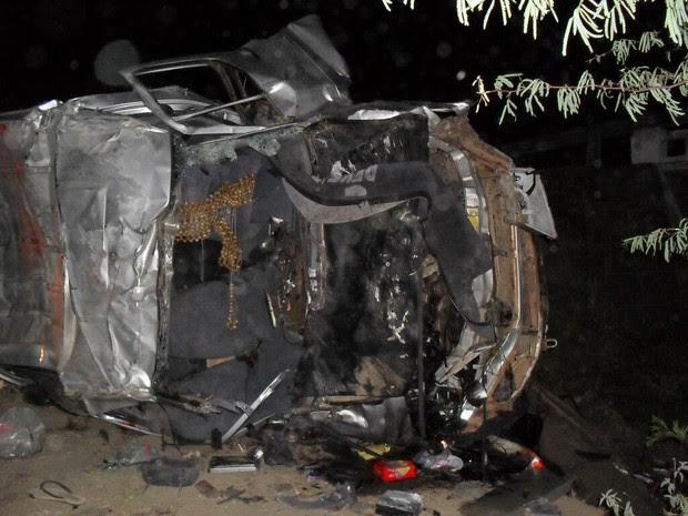 Segundo a PRF, pneu da van teria estourado e motorista perdido controle do veículo. (Foto: Divulgação PRF/ Ismael Pereira)