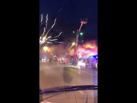 Пожар на складе пиротехники, горят и взрываются фейерверки. Ростов-на-Дону