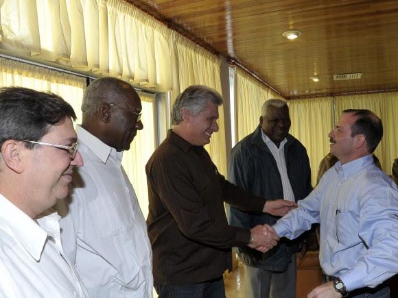 Fernando González saluda a Miguel Díaz-Canel Bermúdez, Primer Vicepresidente de los Consejos de Estado y de Ministros, 28 de febrero de 2014. Foto: Estudios Revolución