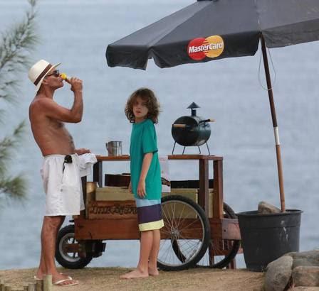 Com ajuda do filho, Mario Gomes vende sanduiche na praia
