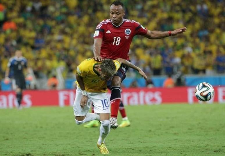 Zuniga acertou o joelho nas costas de Neymar, que, segundo o médico da seleçãoRodrigo Lasmar: 'É uma fratura benigna, não é fácil essa notícia, mas é que ele não vai estar à disposição nesta Copa'