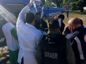 Atendimento do Graer e Samu à vítima de incêndio em Camaçari, na Bahia (Foto: Divulgação/Graer)