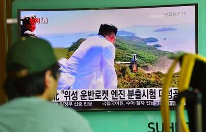 La TV muestra al líder norcoreano supervisando el ensayo del nuevo motoR para cohetes espaciales. / AFP