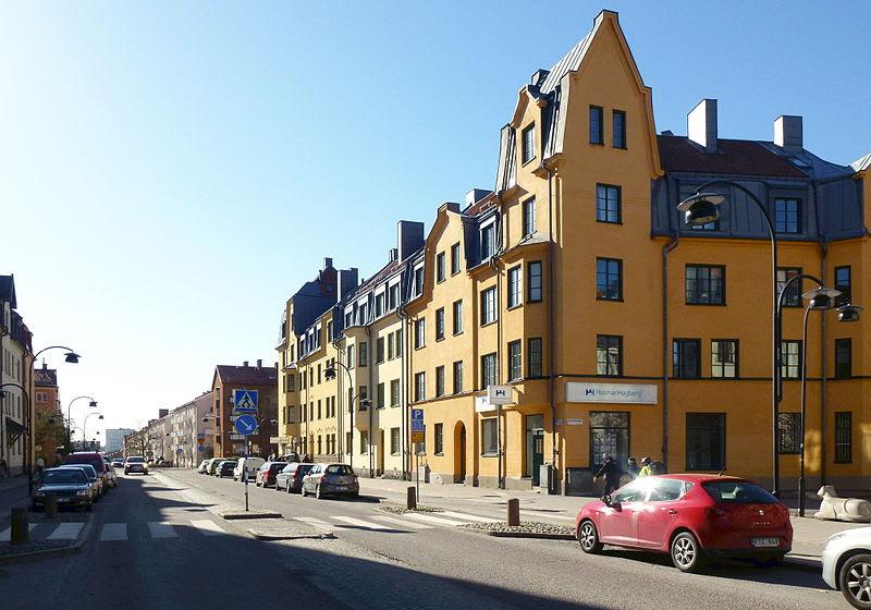 Hägersternsvägen i april 2014, vy mot ösert (t.v.) och vy till väster.
