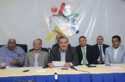 Elías Wessin Chávez se dirige a los asistentes.