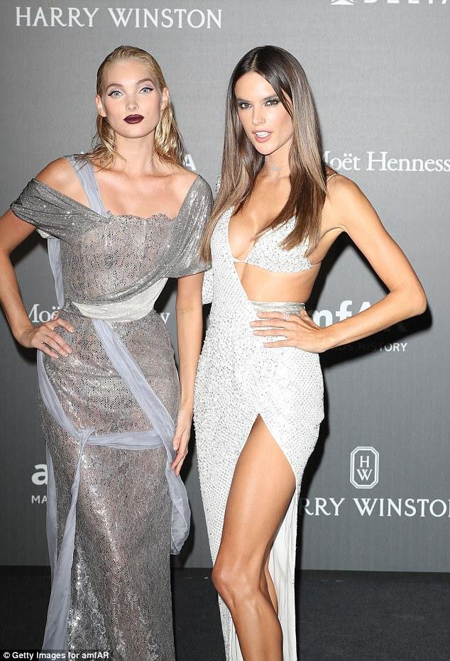 Momento do modelo: Alessandra e sua companheira de Victoria's Secret modelo Elsa Hosk estavam ambos coordenando em prata