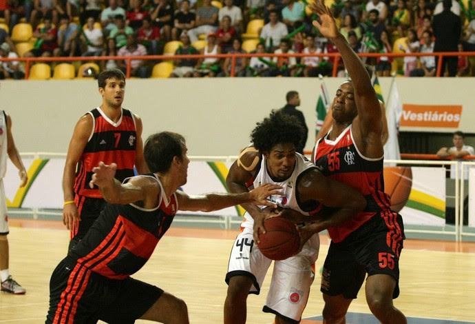 Marcelinho e Meyinsse tentam fazer a marcação na vitória do Fla (Foto: Randes Nunes/Telesporte)