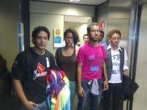 Jovens são detidos pela polícia legislativa ao tentarem pendurar bandeira do movimento LGBT na Câmara (Foto: Amanda Lima/G1)