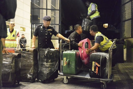 Pavilion Residences - Police Raid Najib and Rosmah Resident- Boxes of Handbags, Cash Jewellery Loaded To Truck
