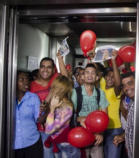 Fãs de Joelma comemoram em porta do Fórum