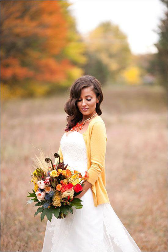 eine gelbe Strickjacke für einen bequemen und lässigen look, einen Blumenstrauß mit den passenden Blüten