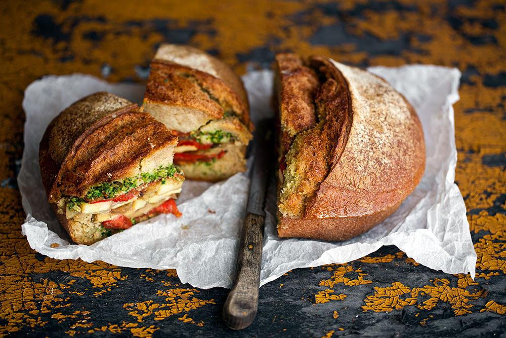 Domates Confit, Pesto ve Sebzeli Sandviç
