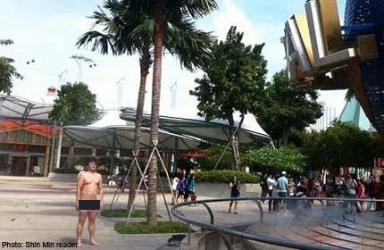 der-aktfotos-in-themenparks-charm-school-nude