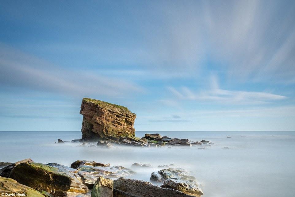 David Head fotografou uma pilha afloramento rochoso e mar conhecida localmente como Jardim de Charlie em Collywell Bay, Seaton Comporta, na costa de Northumberland