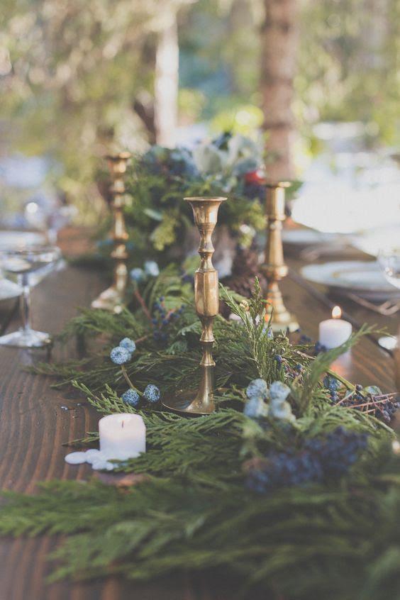 ein evergreen Tischläufer mit blauen Blumen und Heidelbeeren für ein natürliches Gefühl