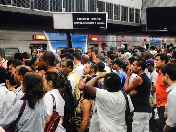 Movimentação na estação Central do Metrô Rio na manhâ desta quinta-feira (08) com greve dos rodoviários (Foto: Marcelo Fonseca/Parceiro/Agência O Globo)