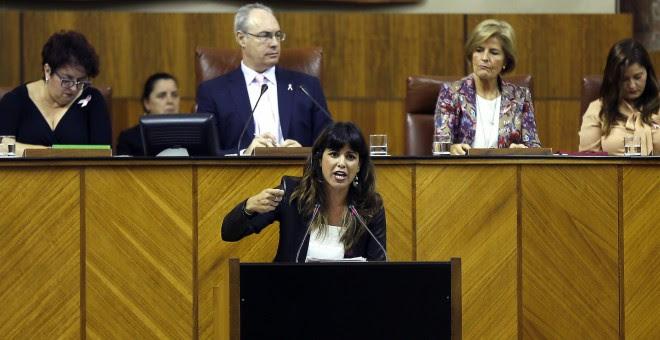 La portavoz de Podemos, Teresa Rodríguez, durante su intervención en la segunda sesión del debate sobre el estado de la Comunidad, el primero que se celebra en Andalucía con la participación de cinco grupos parlamentarios. EFE/José Manuel Vidal