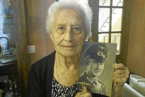 Trinidad sostiene una foto de su hermano Eugenio vestido de soldado.   E. del Campo