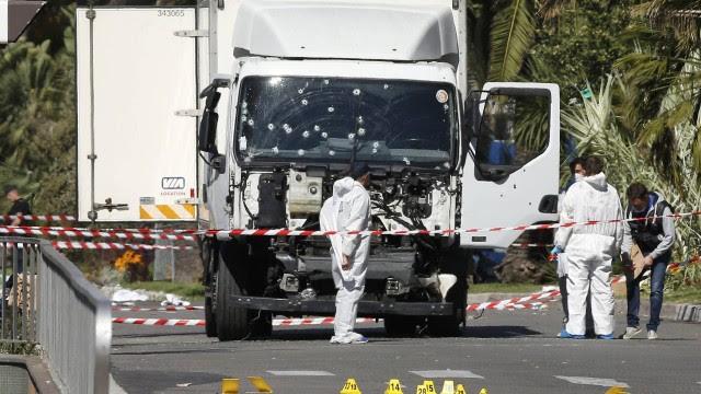 Investigadores trabalham na cena do ataque em que um caminhão avançou contra a multidão em Nice, na França