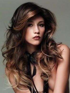 taglio capelli lunghi scalati mossi - Capelli ondulati e scalati Donna Moderna