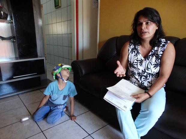 Silvânia Oliveira conseguiu liminar na Justiça para que o filho faça uso do medicamento à base de canabidiol (Foto: Joalline Nascimento/ G1)