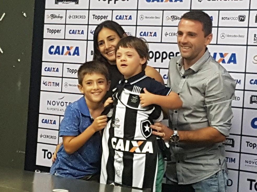 Montillo com a esposa Melina Ianazzo e os filhos Valentin e Santino (Foto: Marcelo Baltar)