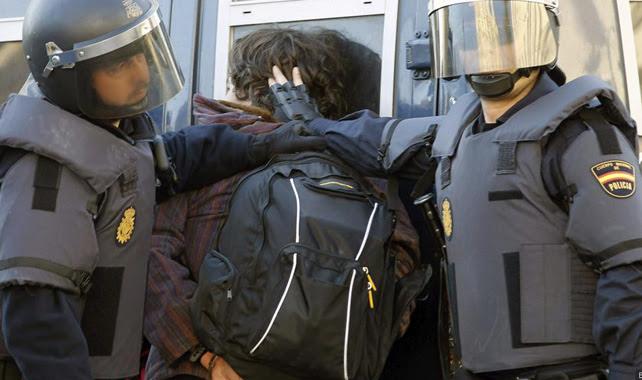 Agentes de la UIP detienen a un estudiante durante las protestas de la 'Primavera Valenciana'.