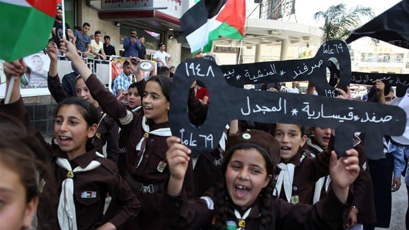 Palestinian scouts hold keys during a rally marking Nakba anniversary [Jaafar Ashtiyeh/AFP]