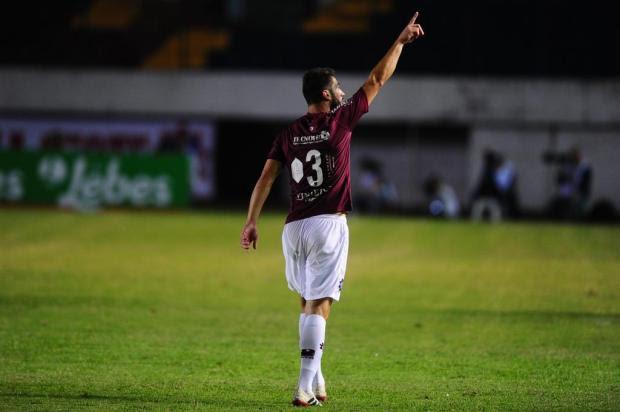 Zagueiro Grená comemora boa fase e gol que empatou a partida contra o Inter Porthus Junior/Agencia RBS