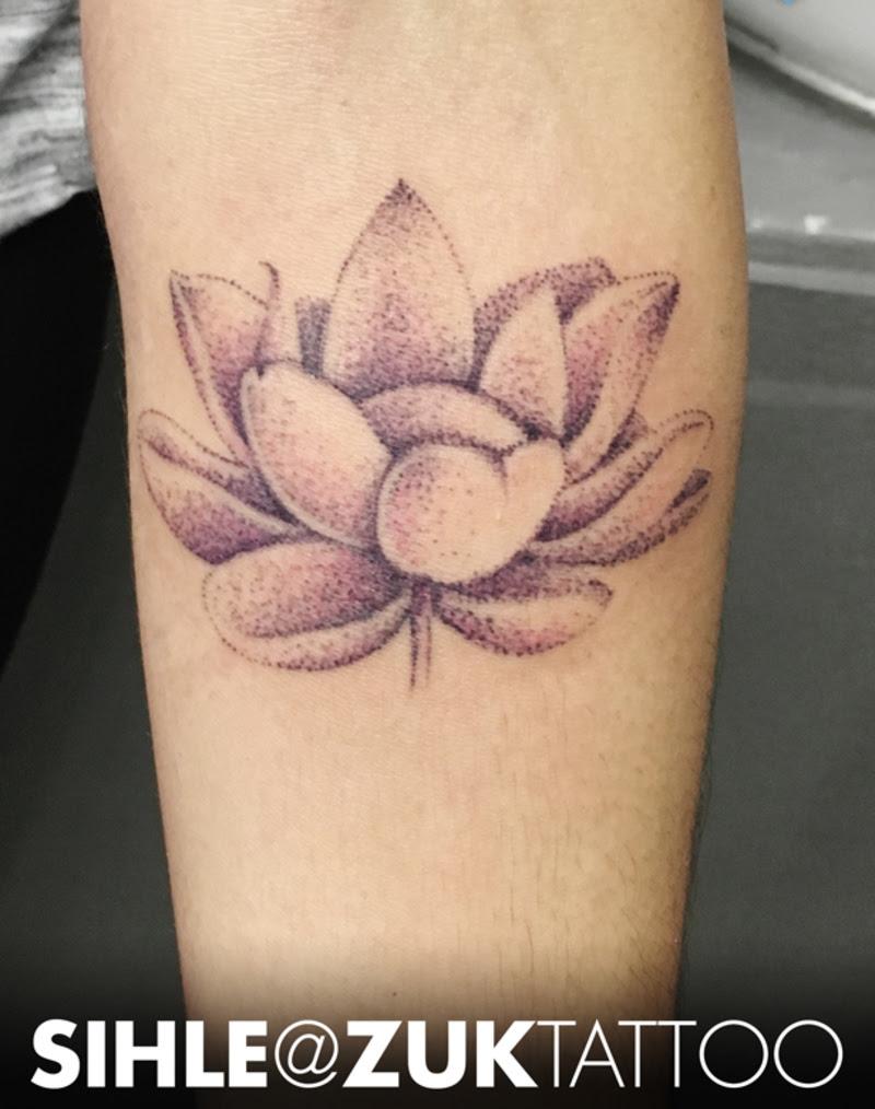 Tatuaje A Color De Una Flor De Loto Estilo Dotwork