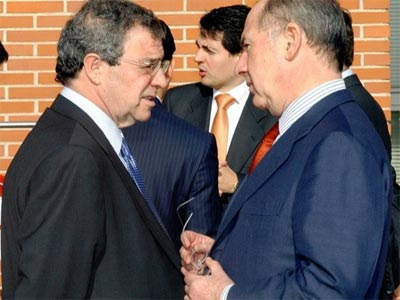 El presidente de Telefónica, César Alierta, charla con Rodrigo Rato, al que acaba de fichar como consejero.