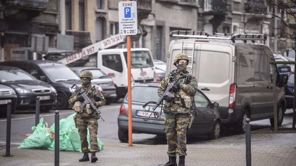 Laachraui aparece en la foto junto a los que se cree que son dos terroristas suicidas arrastrando unos carros con equipajes.