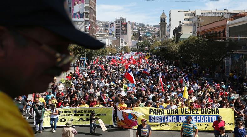 Manifestação contra as AFP do último domingo (26), uma das maiores do ano no país - Foto: Reuters