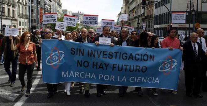 Científicos españoles se suman frente al Ministerio de Educación, en Madrid, a la marcha mundial por la ciencia. EFE/Víctor Lerena