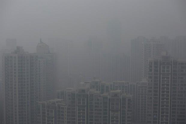 Camada de poluição 'esconde' cidade chinesa de Xangai (Foto: Aly Song/Reuters)