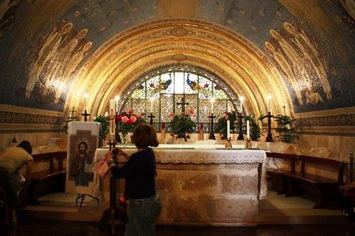 Altar en la bóveda, se ven las pinturas en el techo abovedado