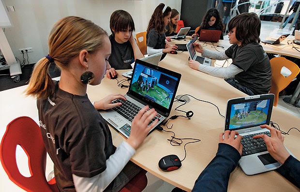 BEM GASTO Estudante usa o computador em escola em Berlim.  A Alemanha busca  o máximo de eficiência no gasto público (Foto: Fabrizio Bensch/Reuters)
