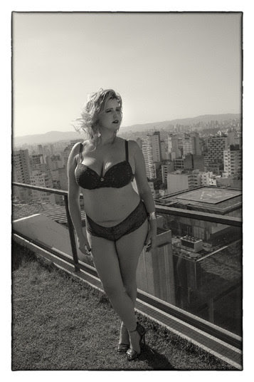 Renata Poskus foi convidada para assinar uma linha de lingerie em parceria com a marca Plus Size Vislumbre. Aproveitando para quebrar os tabus, também bancou a modelo na sessão de fotos