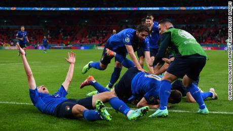 Pessina y sus compañeros celebran el segundo gol de su equipo ante Austria.