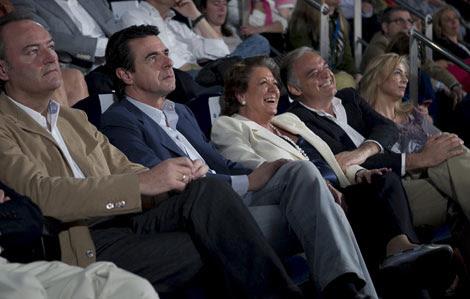 González Pons se sienta junto a Castedo durante el discurso de Rus. Rita Barberá no ocupa su lugar y es Pons quien se mueve junto a Castedo.   Vicent Bosch