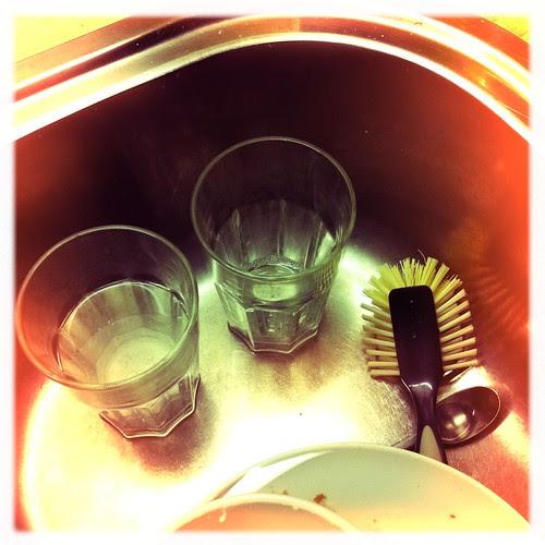 dishes :: oppvask - (project365-15feb2011)  oppdvasken, - et av de daglige gjøremålene. fasinerende? når en bare ser buede linjer, så :-)