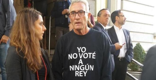 """El diputado de Unidos Podemos, Diego Cañamero, con una camiseta que dice """"Yo no voté a ningún rey, durante el acto de la Solemne Apertura de la XII Legislatura en la Cámara Baja. EUROPA PRESS"""