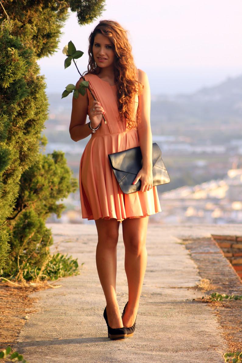 vestido-naranja-heelsandroses-con-complementos-negros-(2)