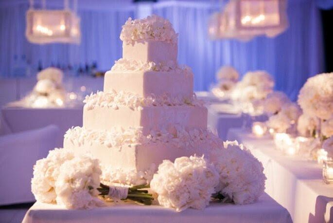 Pastel de boda blanco, cuadrado y decorado con flores en los bordes