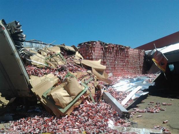 Caminhão derrubou um pilar, uma bomba de combustíveis e destruiu com a cobertura do posto (Foto: Odair José/Arquivo Pessoal)