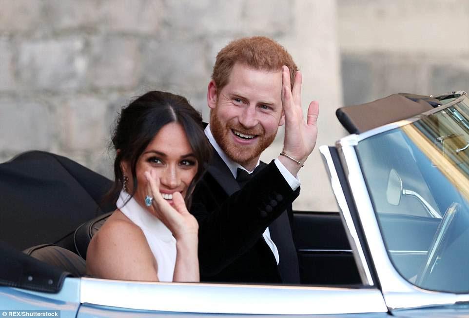 Harry y Meghan saludan con la mano mientras salen del castillo de Windsor en su camino hacia la recepción de la noche en Frogmore House