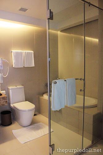 Acacia Hotel Manila Toilet